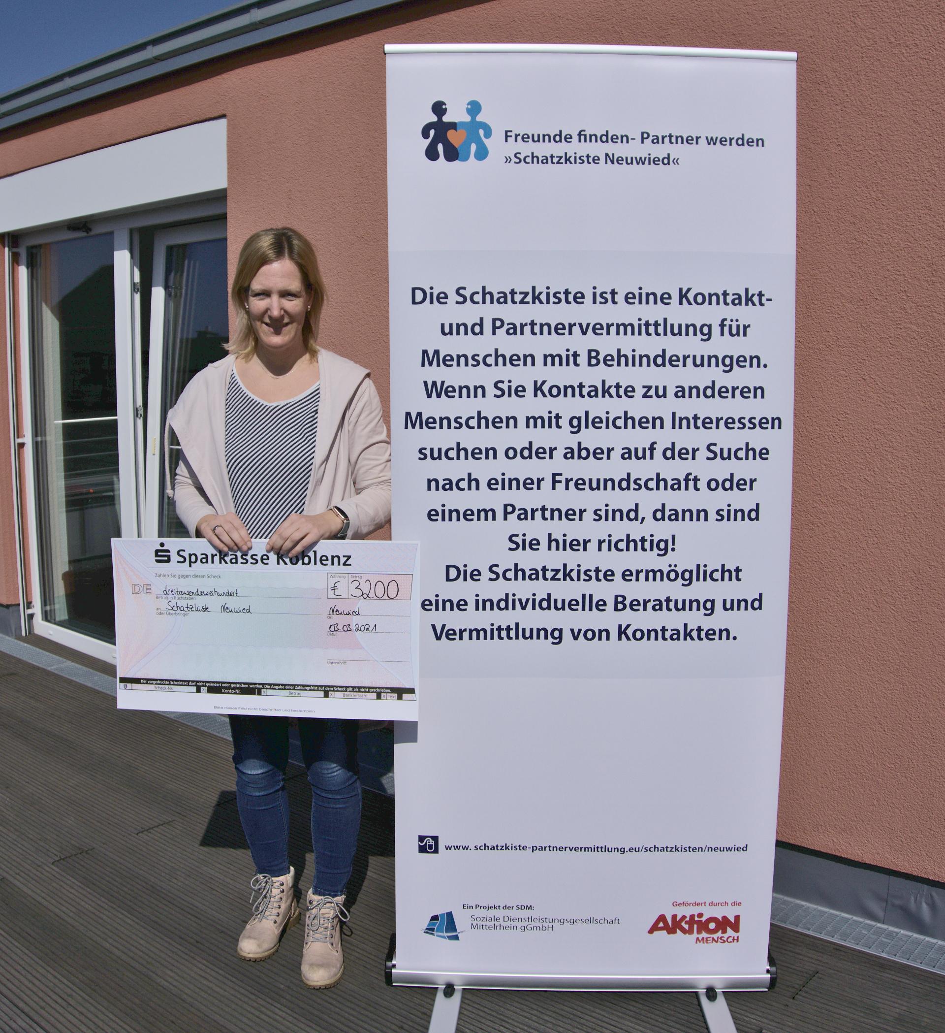 Michael Franzen mit Spendencheck für die Schatzkiste Neuwied